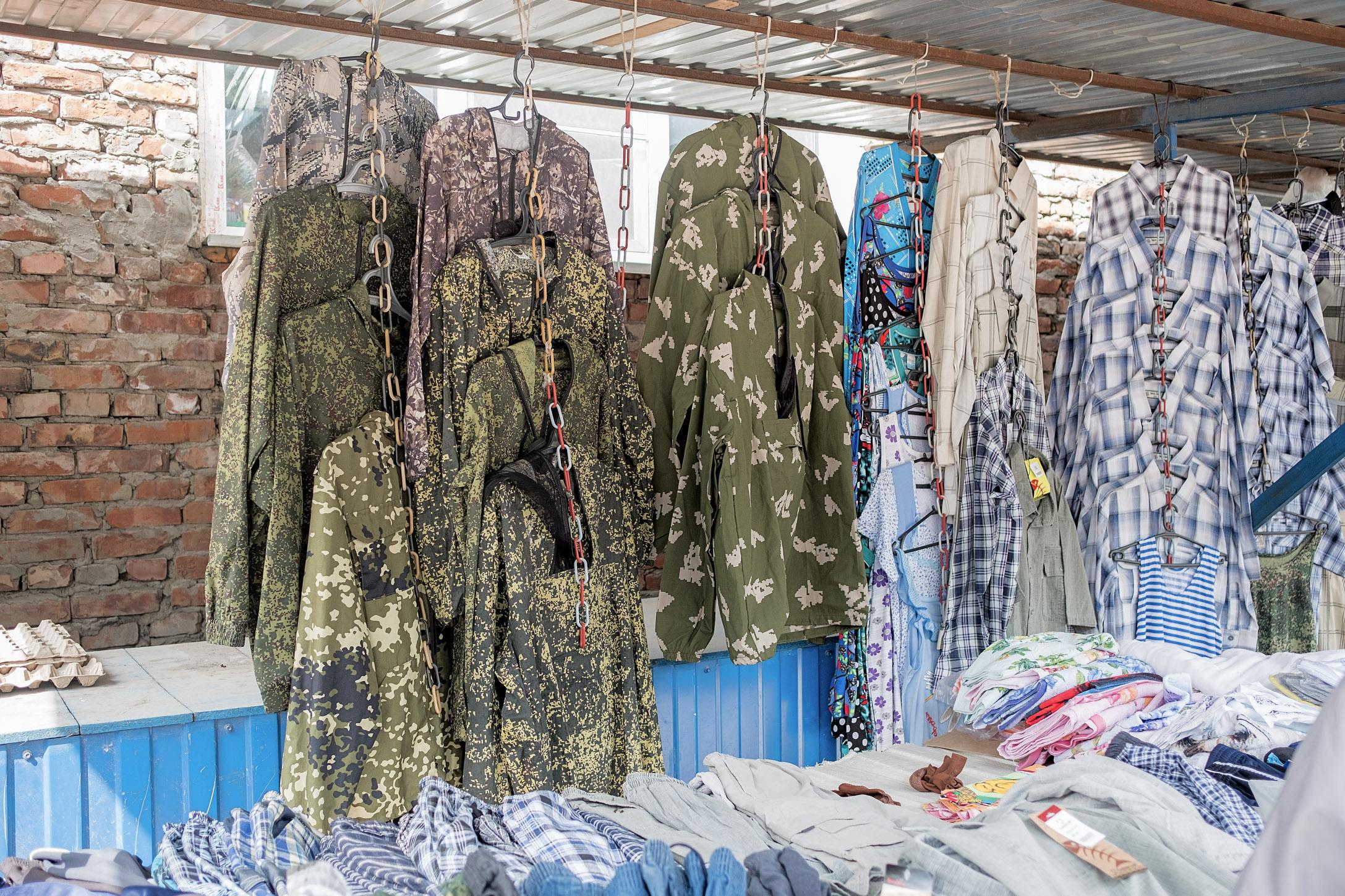 9. 9/5/17  Uniformes militares expuestos en el mercado de domingo.