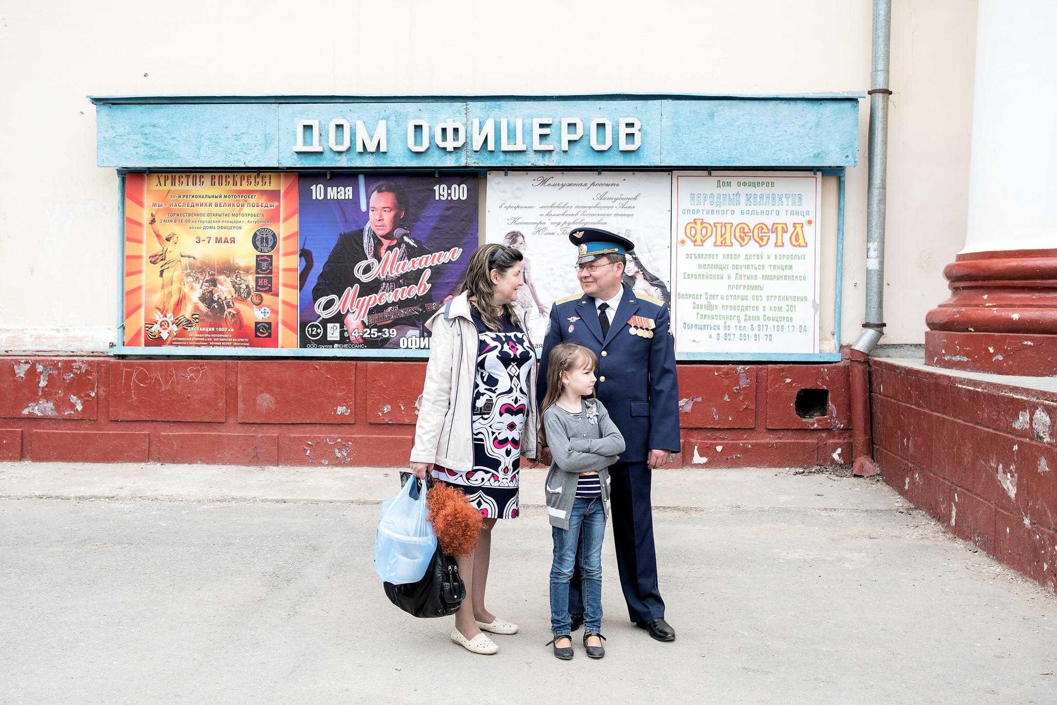 3. 09/05/2017  Una familia conversando junto a la entrada del centro cultural.